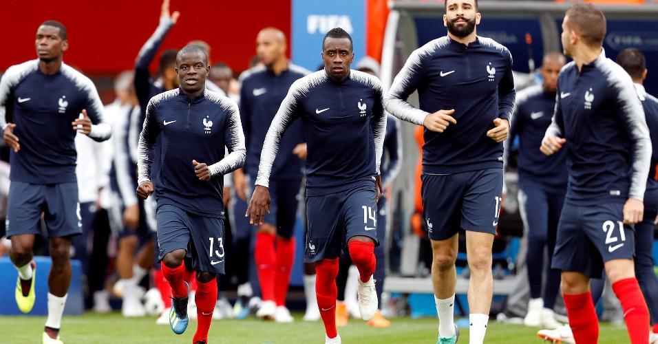 Jogadores franceses se aquecem para França x Peru
