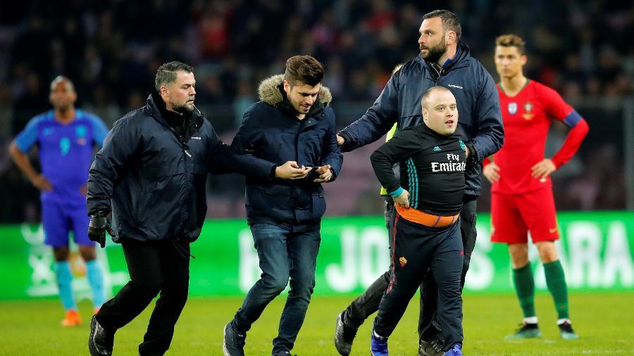 Torcedores são tirados de campo após invasão no amistoso entre Portugal e Holanda - REUTERS/Denis Balibouse