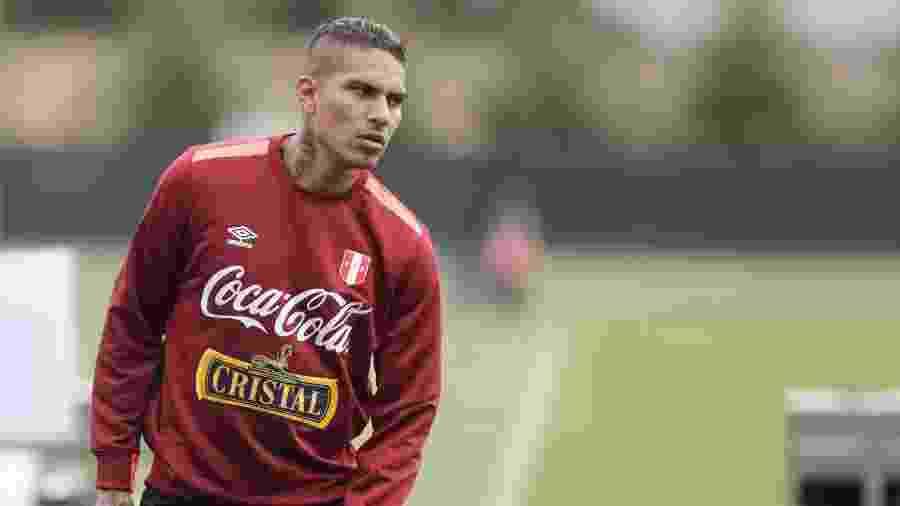 Paolo Guerrero com a camisa da seleção do Peru - Jason Redmond/AFP