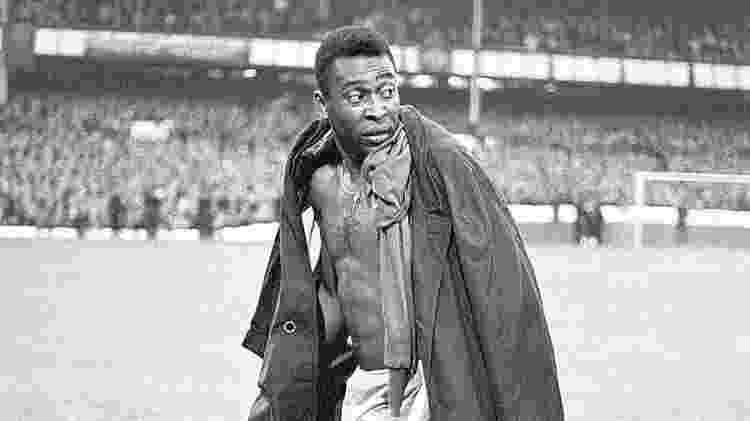 Pelé deixa o campo após Brasil ser eliminado para Portugal na Copa de 1966 - Empics - Empics