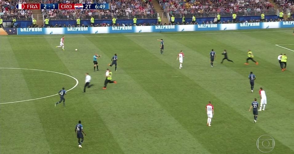 Torcedores invadem o campo durante a final da Copa do Mundo entre Croácia e França