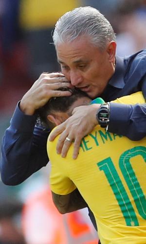 Técnico Tite e Neymar se abraçam em Brasil x Croácia