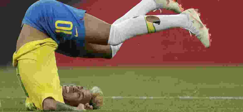 Neymar exibe meião rasgado durante a partida entre Brasil e Suíça; depois de dois jogos, Nike pediu para o jogador parar - André Mourão / MoWA Press