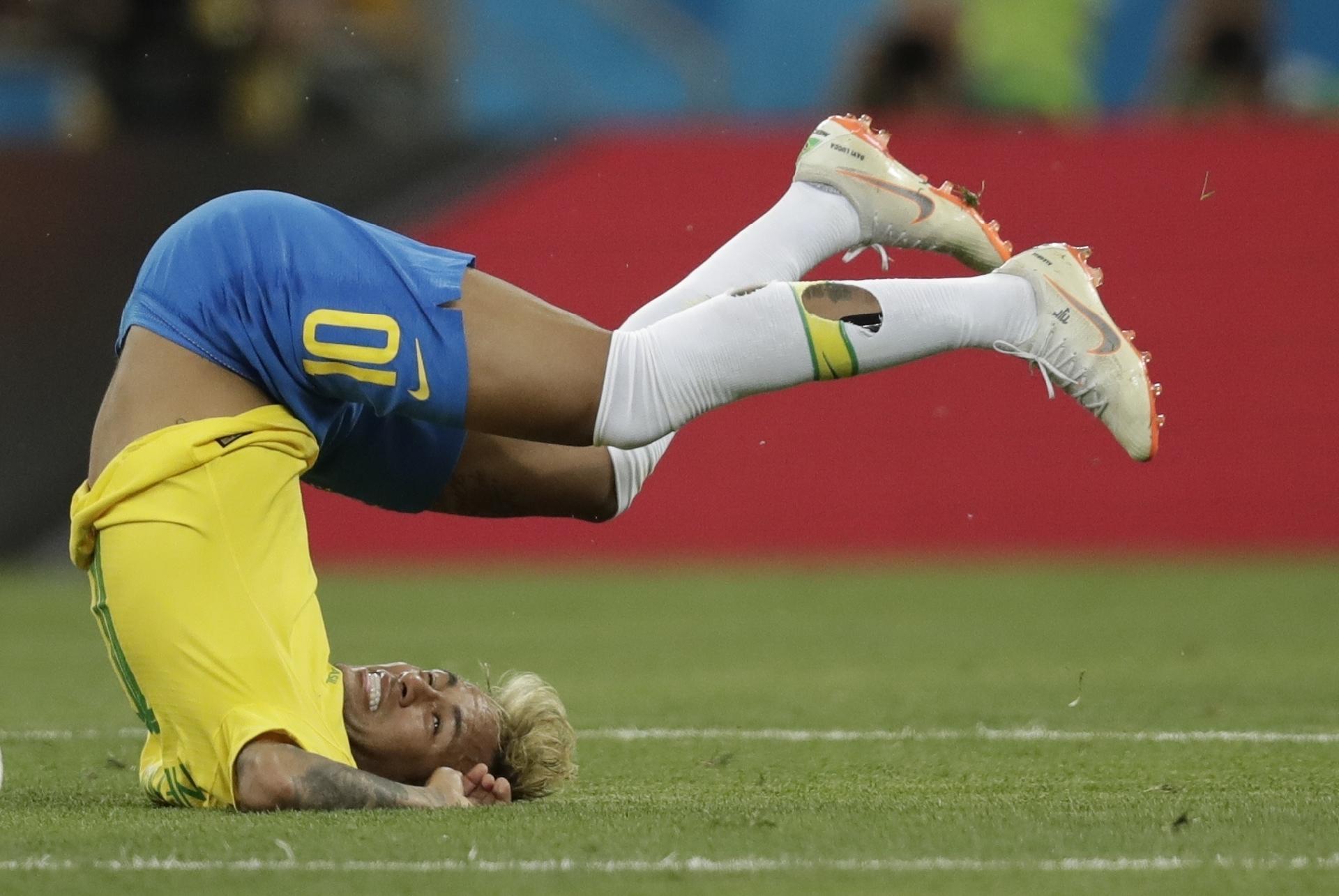 8edaf34ae3 Seleção  Neymar prende a bola e apanha até ter meião rasgado