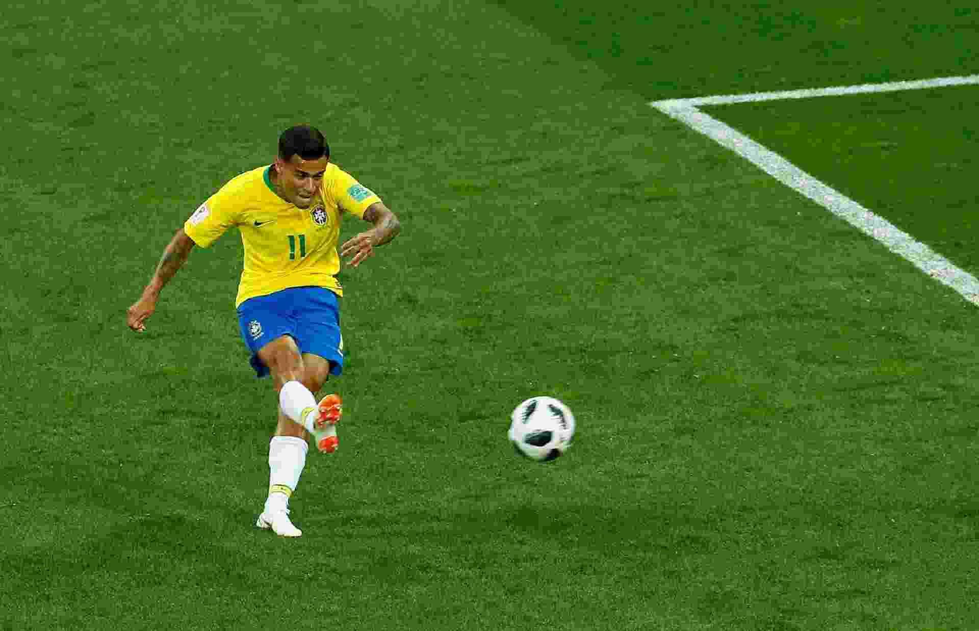 Philippe Coutinho chuta para abrir  o placar para a seleção brasileira contra  Suíça - REUTERS/Jason Cairnduff