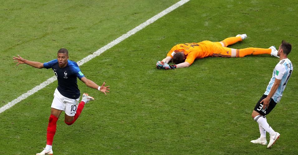 Mbappe celebra após marcar o quarto gol da França contra Argentina