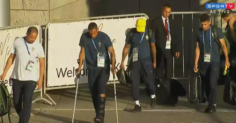Danilo, lesionado, indo para a partida com a delegação brasileira
