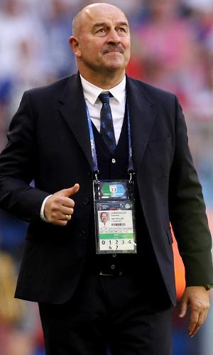 Técnico da Rússia, Stanislav Cherchesov, observa jogo contra o Uruguai