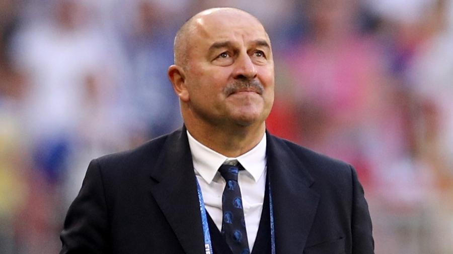 Técnico da Rússia, Stanislav Cherchesov, observa jogo contra o Uruguai - Maddie Meyer/Getty Images