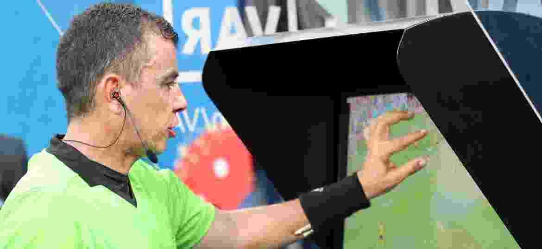 O árbitro Joel Aguilar consulta o vídeo para marcar pênalti no jogo Suécia x Coreia do Sul - Adam Pretty - FIFA/FIFA via Getty Images
