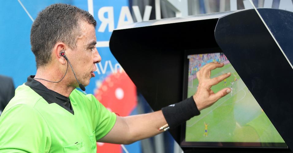 O árbitro Joel Aguilar consulta o vídeo para marcar pênalti no jogo Suécia x Coreia do Sul