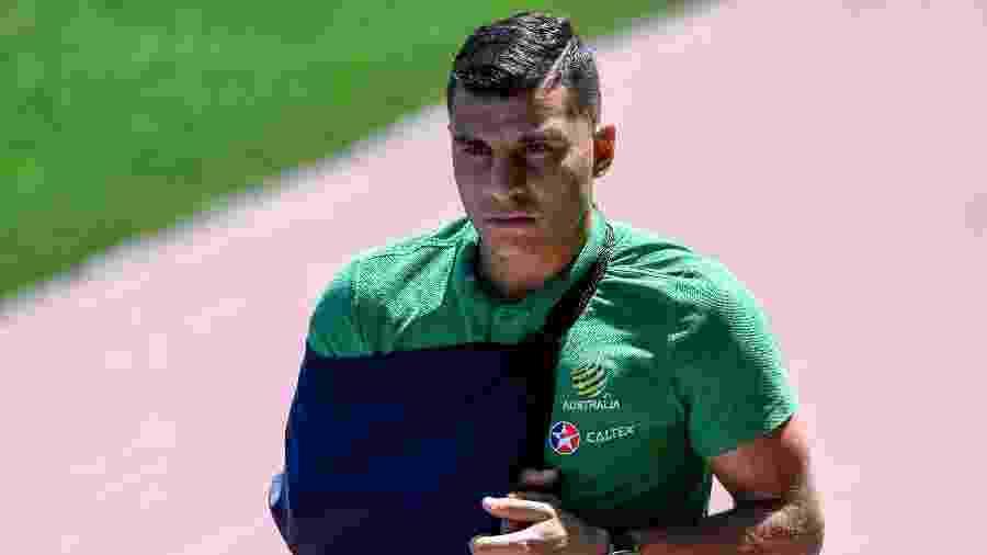 Andrew Nabbout está usando uma tipoia após lesão no duelo com a Dinamarca - Saeed Khan/AFP Photo
