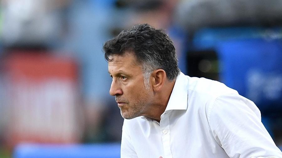O técnico Juan Carlos Osorio, do México, agachado no duelo contra a Suécia - Matthias Hangst/Getty Images