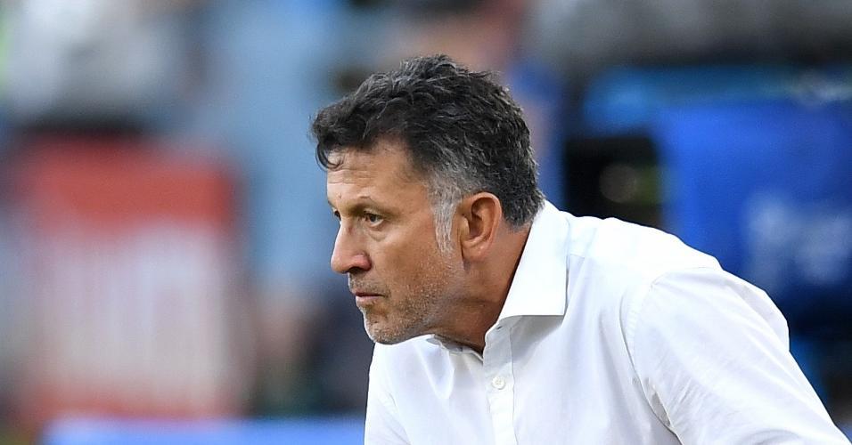 O técnico Juan Carlos Osorio, do México, agachado no duelo contra a Suécia