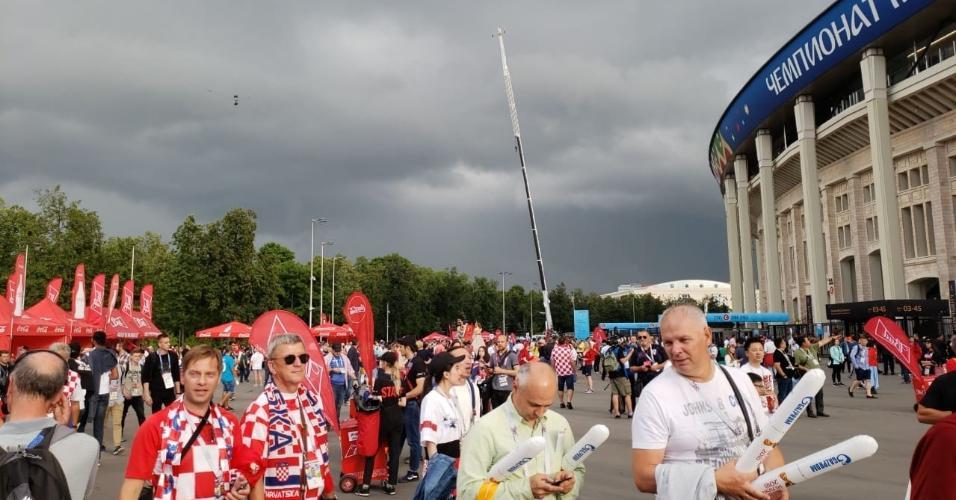 Torcedores fazem a festa nos arredores do estádio  Luzhniki, em Moscou