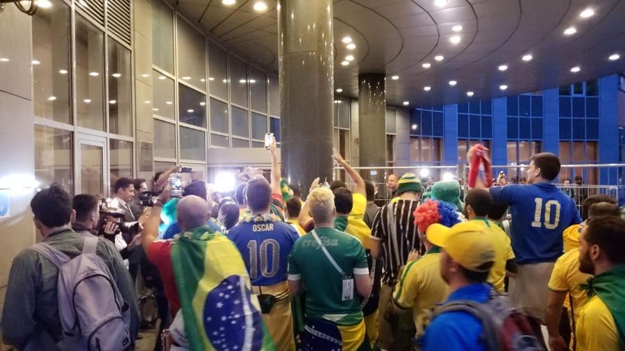 Torcedores brasileiros se acumulam em frente ao hotel do time em Moscou - Danilo Lavieri/UOL Esporte