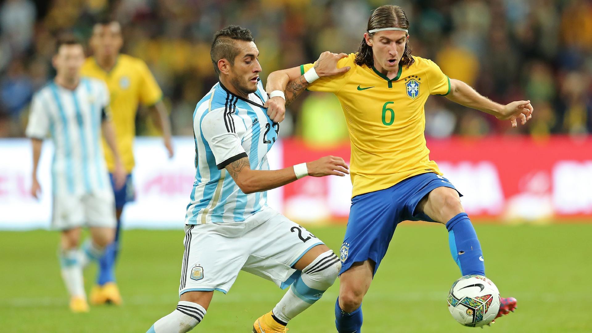 Filipe Luís, em ação pela seleção brasileira contra a Argentina