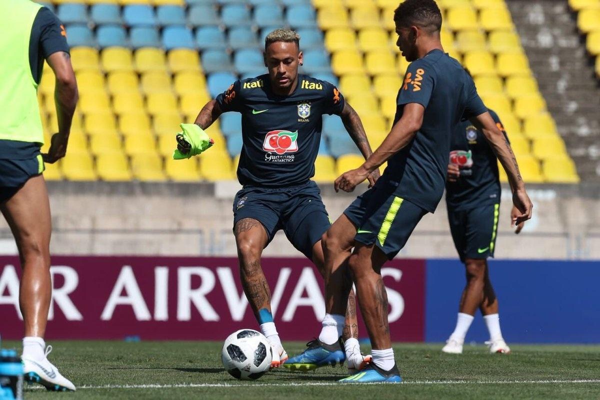 Neymar participa de treino da seleção brasileira em Sochi