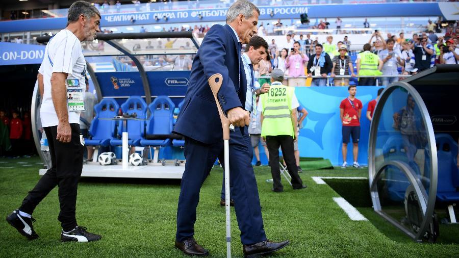 Óscar Tabárez, técnico do Uruguai, usa muletas durante jogo por possível consequência de caso de Guillain-Barré - Matthias Hangst/Getty Images