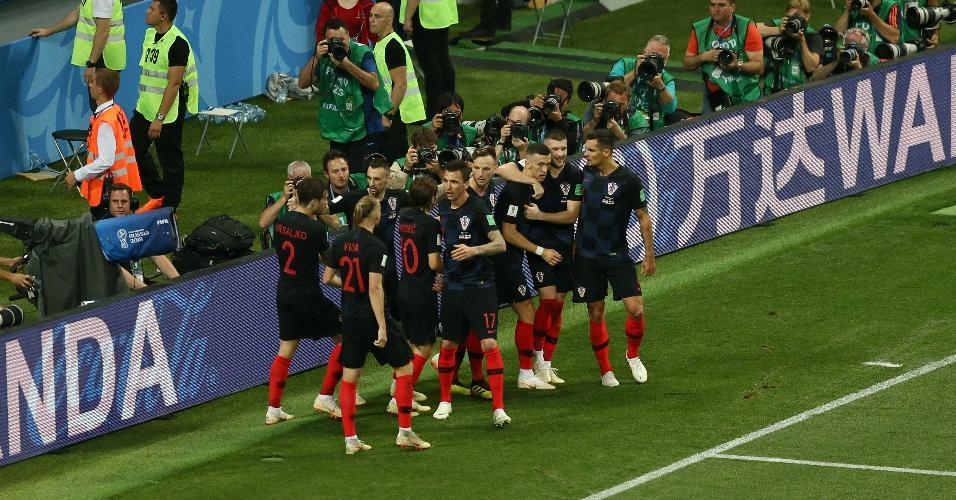 Jogadores da Croácia comemoram juntos gol feito por Perisic e empate com a Inglaterra em semifinal