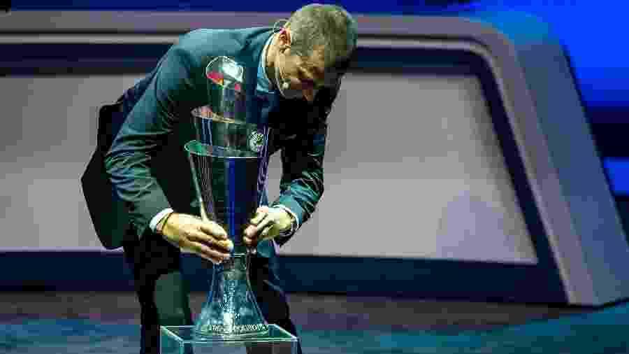 Aleksander Ceferin, presidente da Uefa, com o troféu da Liga das Nações - Robert Hradil/Getty Images
