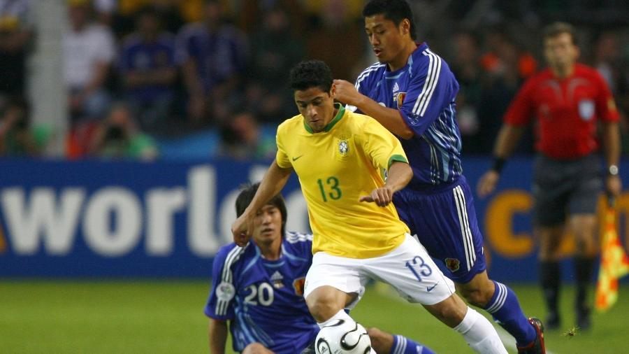 Cicinho disputa duelo com o Japão na Copa do Mundo de 2006 - Reuters
