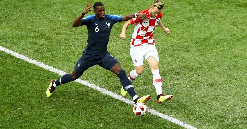 Ivan Rakitic e Paul Pogba disputam bola na final França x Croácia