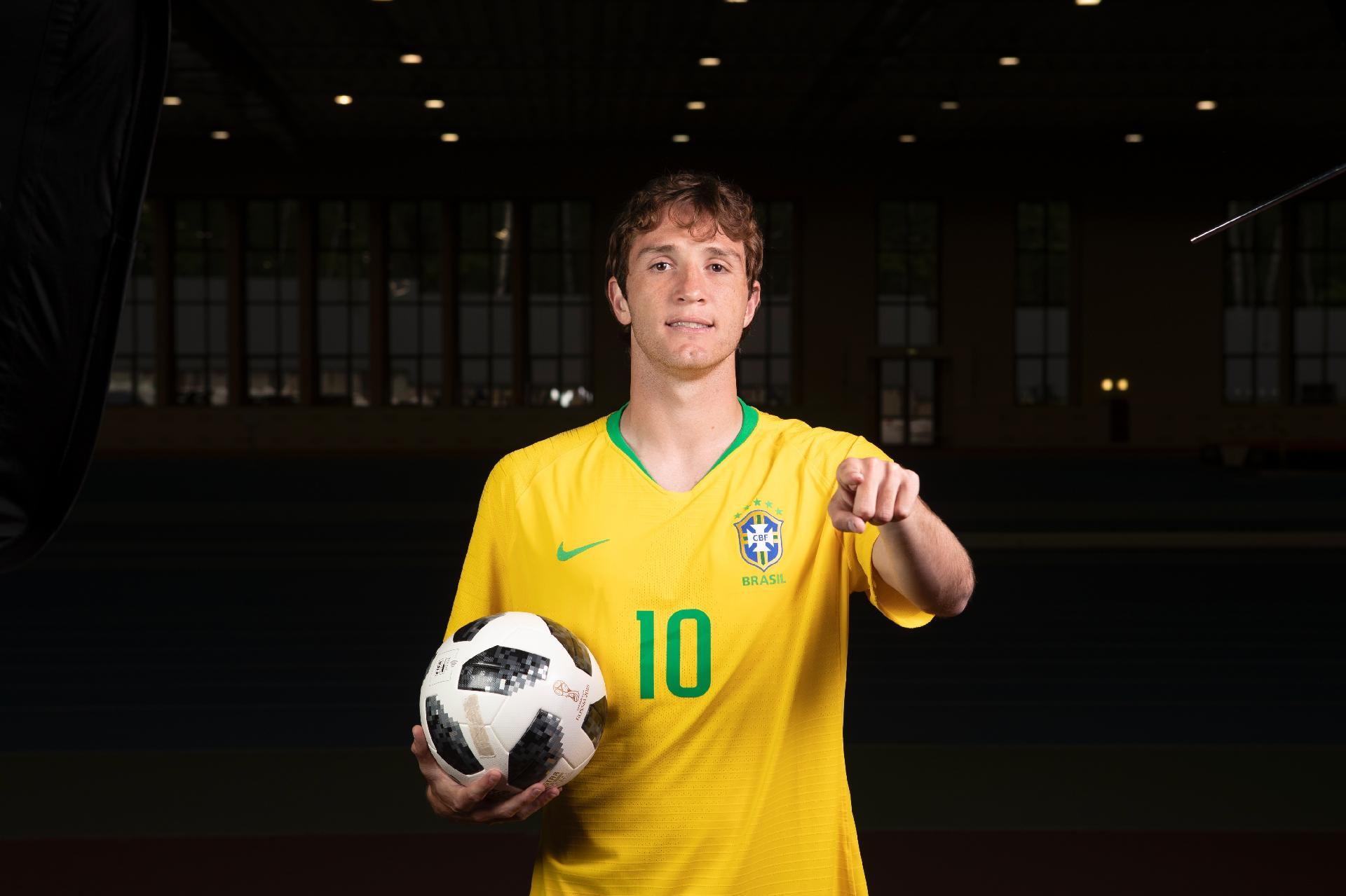 Copa do Mundo 2018  Lateral que recusou defender Brasil veste camisa da  seleção em ação - UOL Copa do Mundo 2018 d2903e467ee05