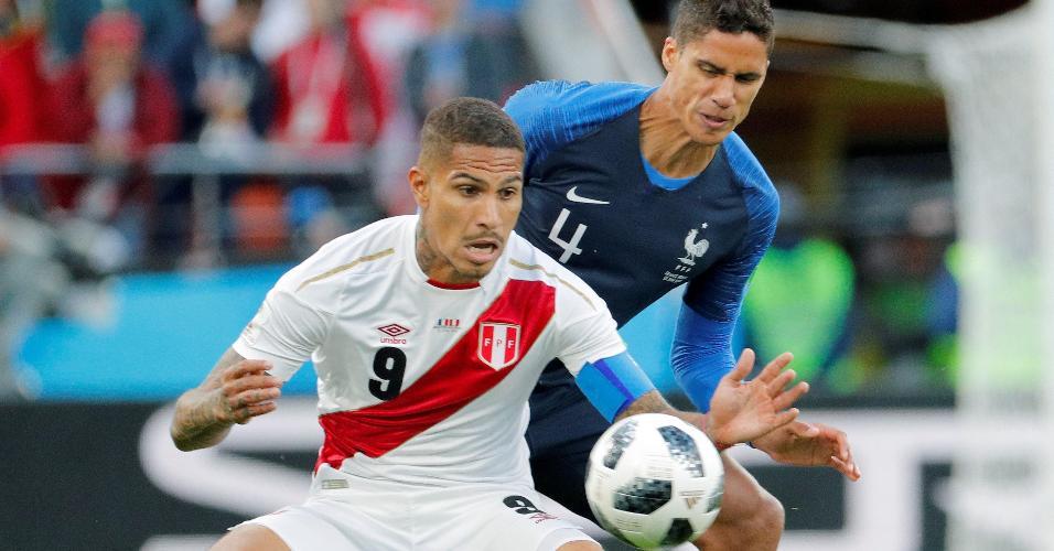 Paolo Guerrero é marcado por Raphael Varane em duelo França x Peru