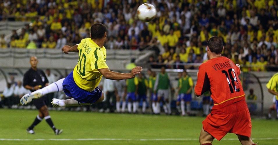 Rivaldo voleia marcado pelo belga Yves Vanderhaeghe na Copa de 2002