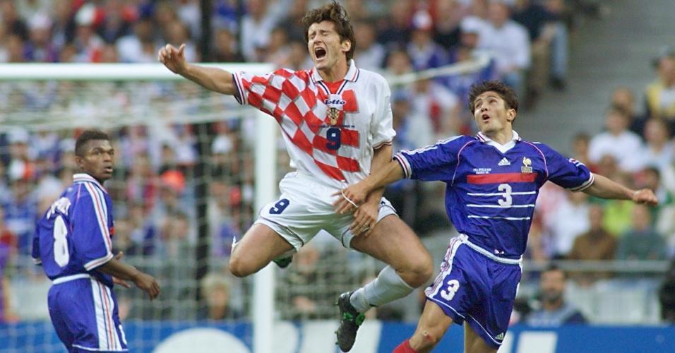 O croata Davor Suker disputa bola com o francês Bixente Lizarazu na semifinal de 1998