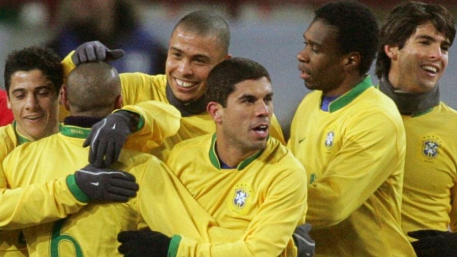 Jogadores da seleção brasileira comemoram no amistoso contra a Rússia em 2006, com temperatura a -15 °C - Sergei Karpukhin/Reuters