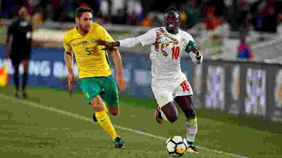 Sadio Mané parte para cima da marcação sul-africana em jogo das Eliminatórias - Siphiwe Sibeko/Reuters