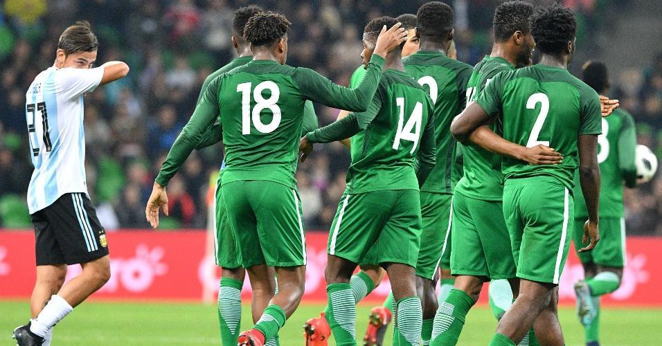 Jogadores da Nigéria comemoram gol marcado por Kelechi Iheanacho contra a Argentina