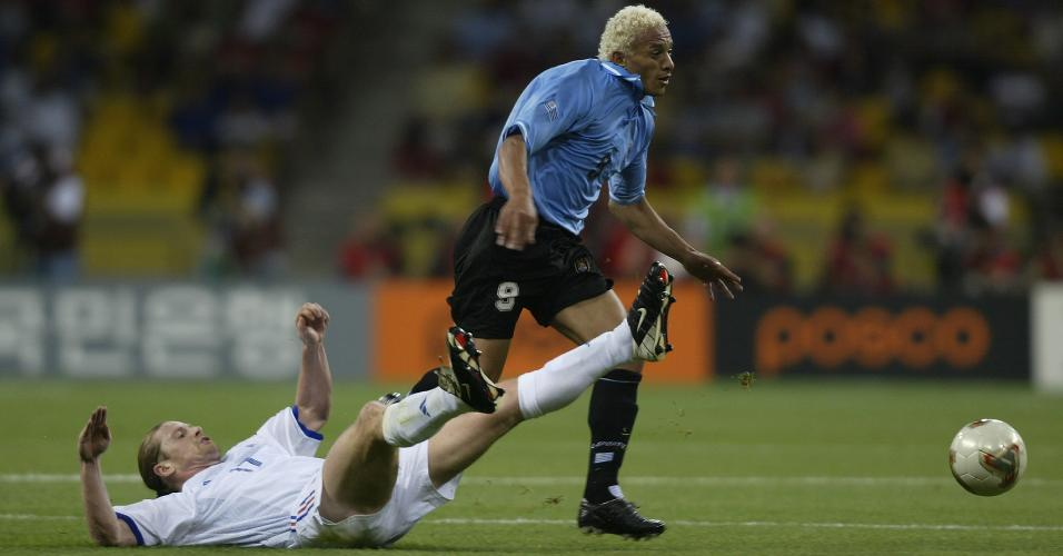 Emmanuel Petit em jogada com o uruguaio Darío Silva na Copa de 2002