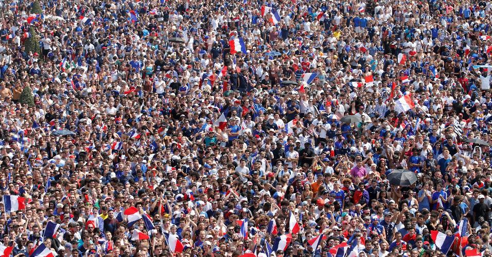 Torcedores franceses lotam o Campo de Marte, em Paris, para assistir à final da Copa do Mundo