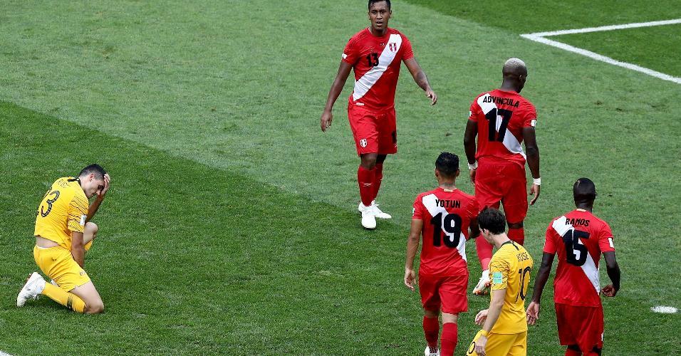 O atacante Tom Rogic, da Austrália, se abaixa em campo, sentindo dores no jogo contra o Peru