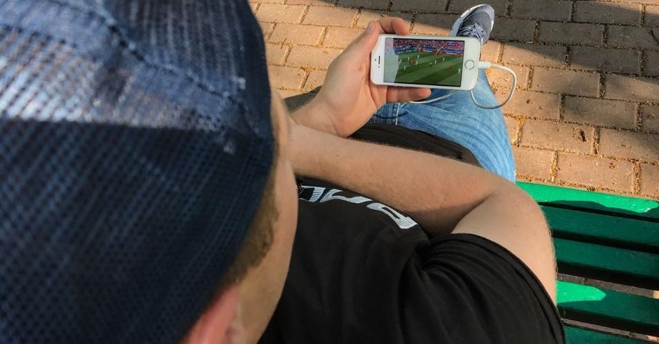 Com Fan Fest lotada, torcedores recorrem a celular para ver jogo da Rússia em Moscou