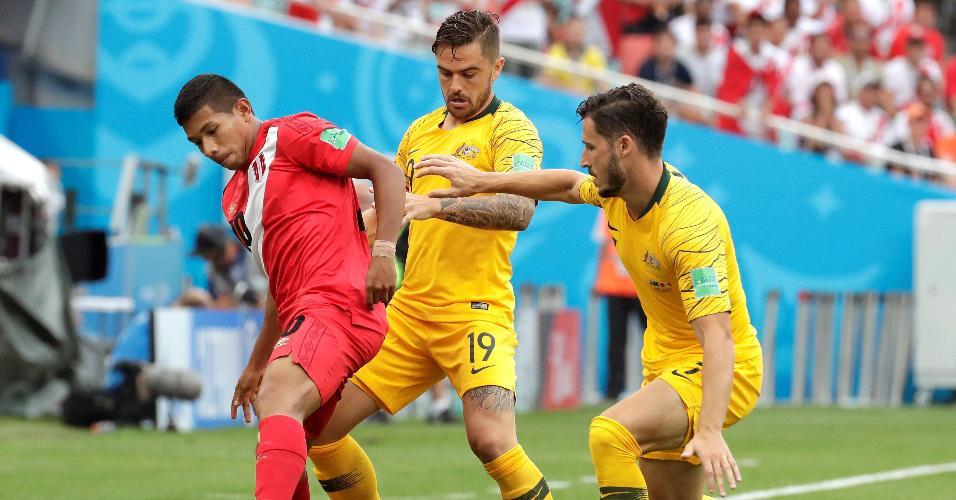 O atacante Edison Flores, do Peru, tenta jogada seguido pelo zagueiro Joshua Risdon, da Austrália