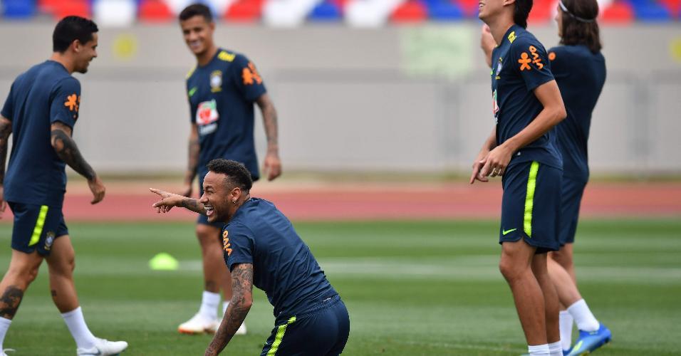 Neymar se diverte com companheiros em treino do Brasil em Sochi