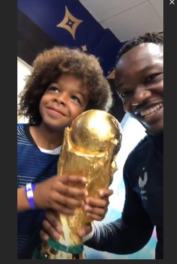 Steve Mandanda, goleiro reserva da França, comemora o título com seu filho