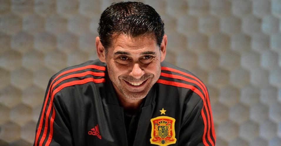 Fernando Hierro concede entrevista na concentração da seleção espanhola