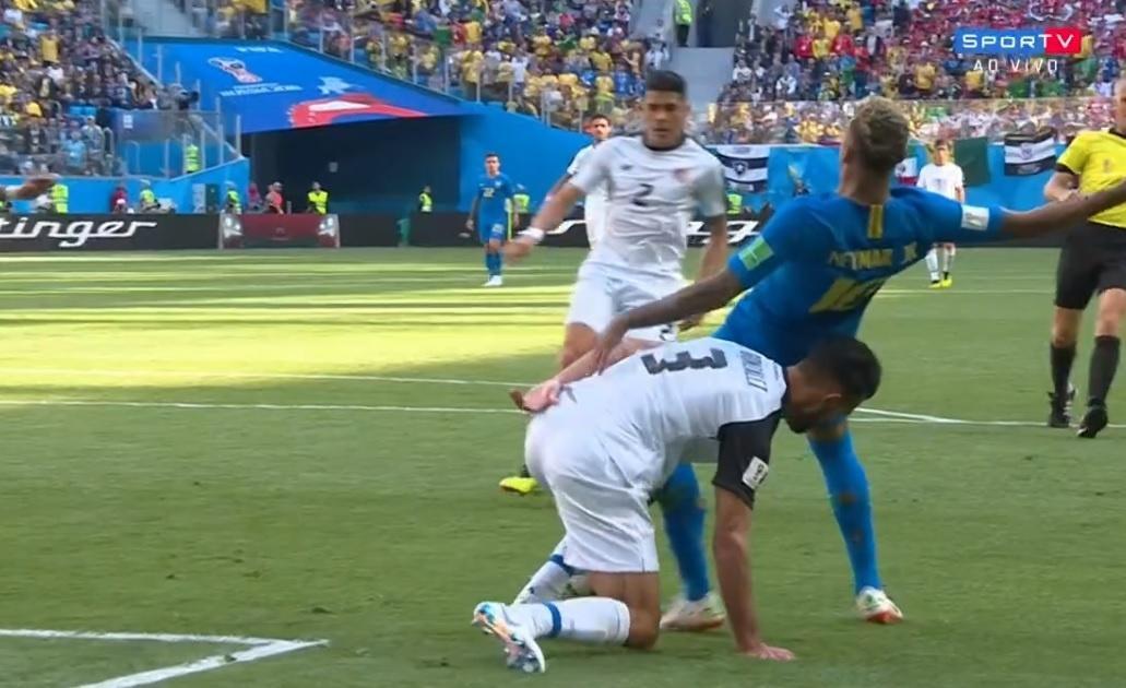 Lance com Neymar que árbitro anulou pênalti após VAR