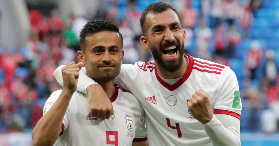 Rouzbeh Cheshmi, camisa 4, comemora com Omid Ebrahimi a vitória sobre o Marrocos