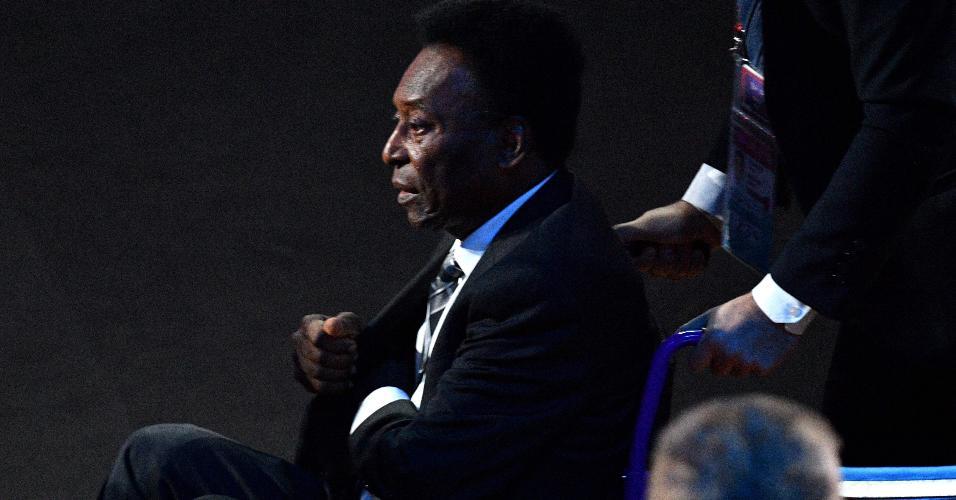 Pelé chega ao sorteio da Copa do Mundo, em Moscou, na Rússia, de cadeira de rodas
