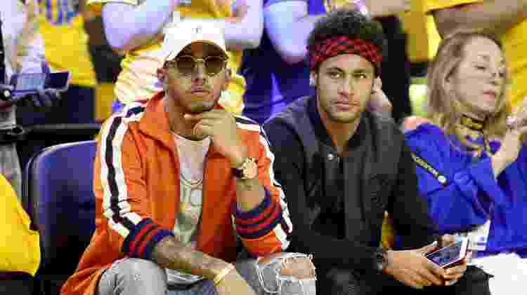 Lewis Hamilton e Neymar acompanham a partida do Golden State Warriors, na NBA - Ezra Shaw/Getty Images - Ezra Shaw/Getty Images