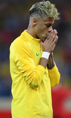 Neymar se prepara para o início do jogo entre Brasil e Suíça