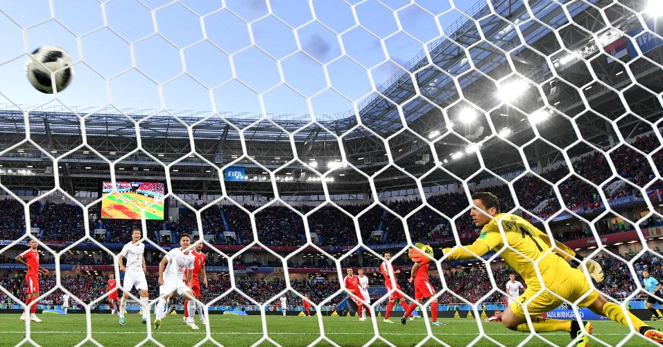 Xhaka chuta forte e marca um belo gol para Suíça