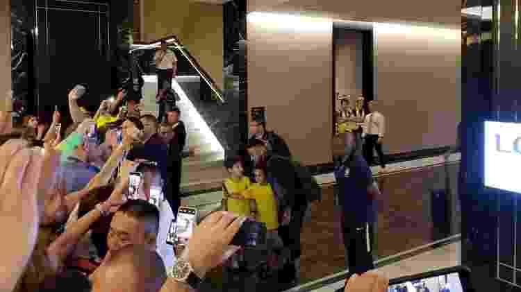 O atacante Neymar atende fãs na chegada da seleção brasileira a Samara - Danilo Lavieri/UOL - Danilo Lavieri/UOL