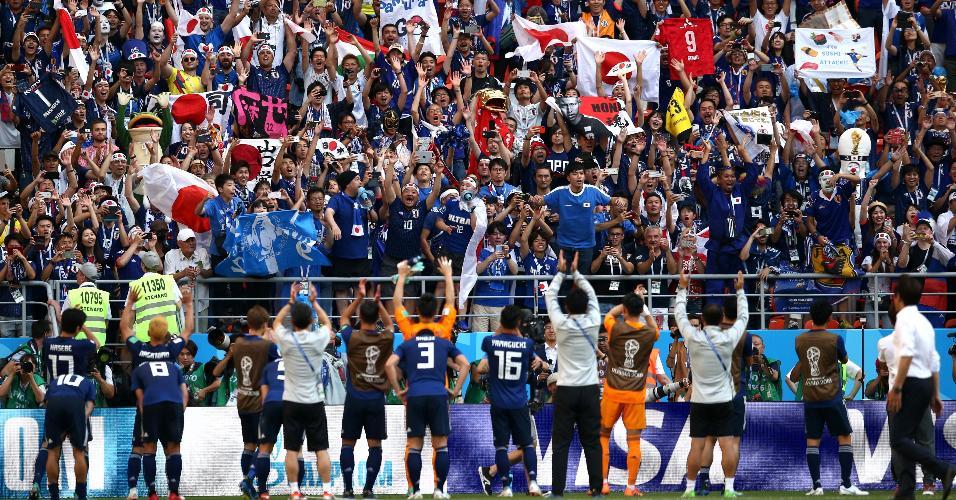 Torcida do Japão comemora com jogadores vitória sobre a Colômbia